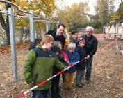 Unterstützt von vielen helfenden Händen übergaben Bürgermeister Daniel Kiefer, Ortsvorsteher Heiner Thul gemeinsam mit der Schulleiterin Kathrin Eisenbarth den neu gestalteten Spielplatz seiner Bestimmung